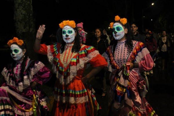 """Miles asistieron al tradicional desfile de """"La Muerte es Sueño""""."""