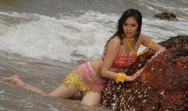 Hot Heroines in Beach Photos