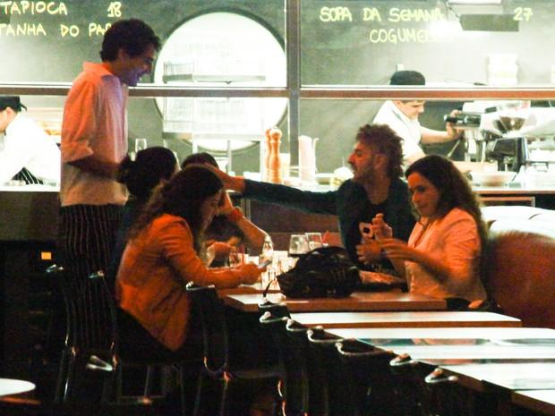Daniela Mercury e Malu Verçosa com amigos em restaurante em São Paulo (Foto: Manuela Scarpa/Foto Rio News)