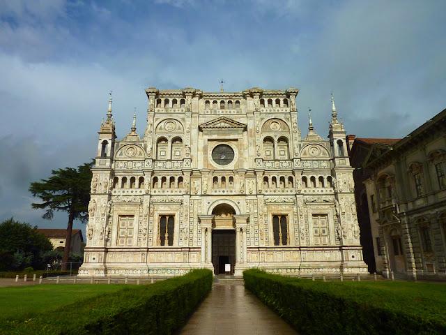 Fachada de la Cartuja de Pavia al atardecer