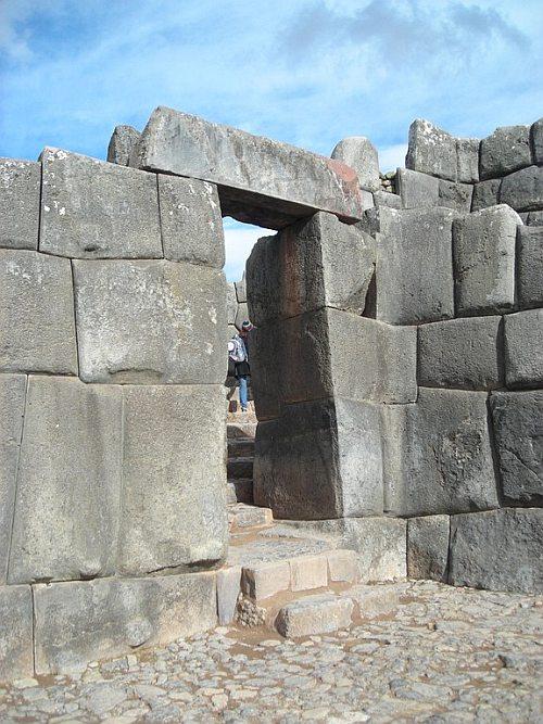 Ruinas de la fortaleza inca de sacsayhuam n cusco per for Porque se llama la puerta del sol