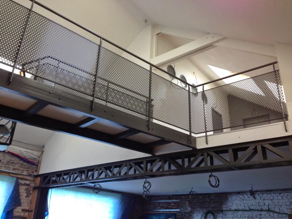 La pose de l\'escalier en métal et les gardes corps de la passerelle