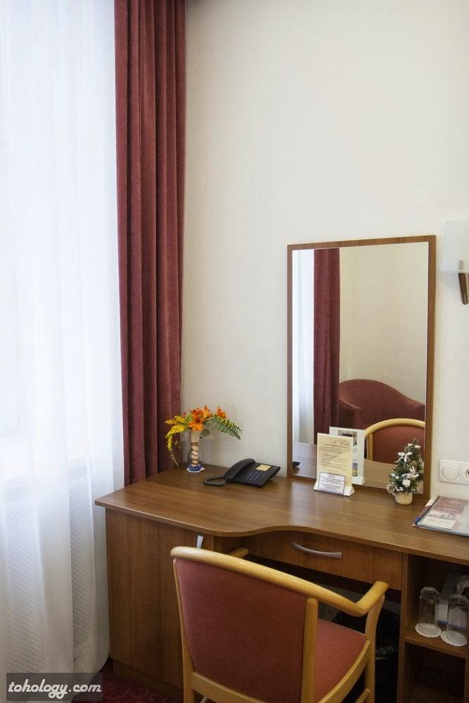 Рабочий стол с тумбой для мини-бара в отеле Оснабрюк