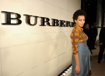 "Solange Knowles en total look Burberry pour le lancement du parfum ""Burberry Body"""