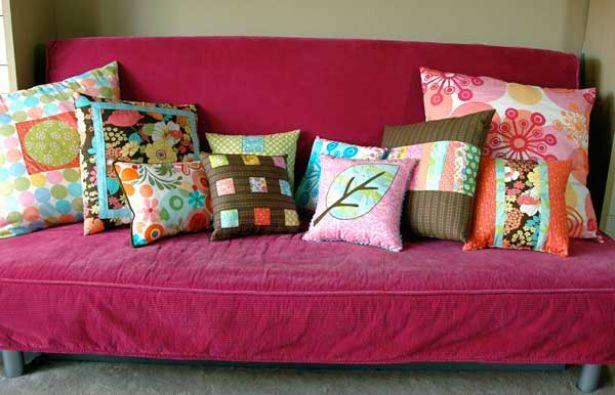 Haz tu cuarto acogedor: coloca almohadas o una alfombra