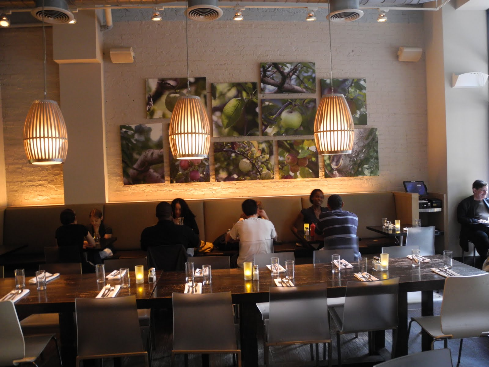 a tale of 2 restaurants Offrez un coffret cadeau tables de chefs pour 2  il y a dans le coffret tables de chefs plus de 400 adresses de restaurants sélectionnés pour leur excellence.