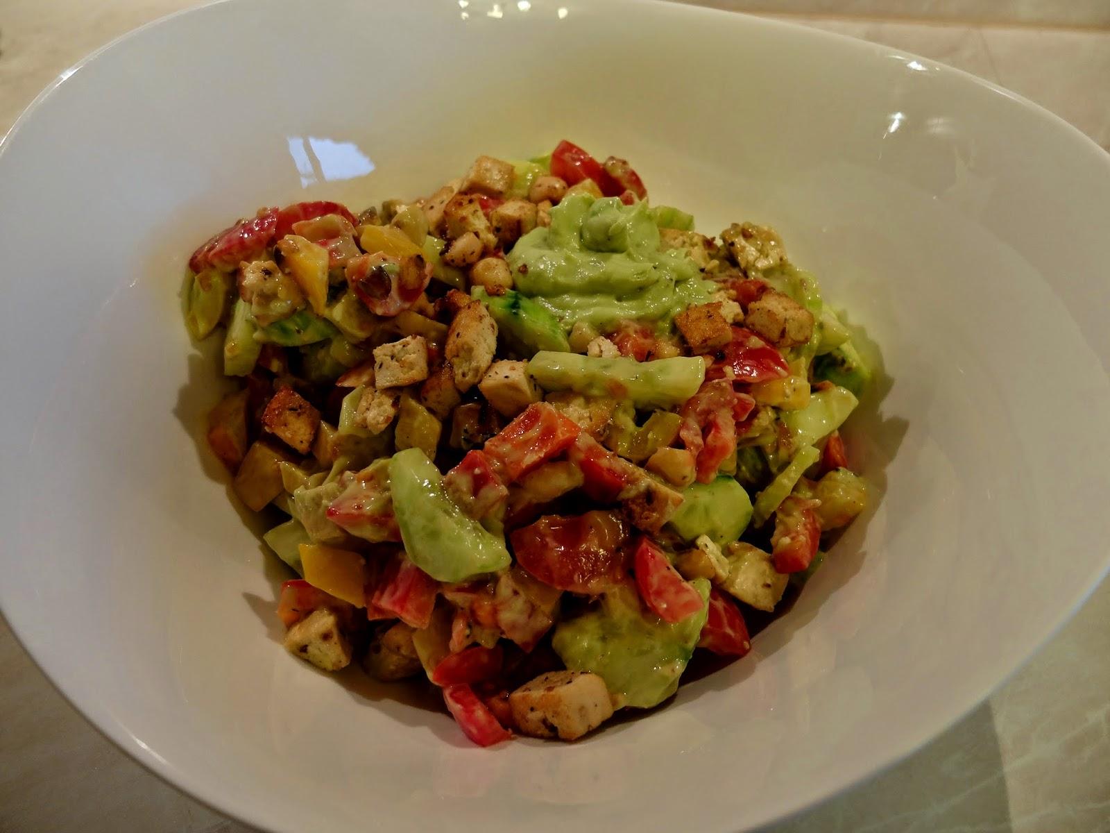 veganer Salat mit Avokado- Dressing und Tofu- Macadamia Croutons