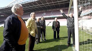 Carmelo, Etura, Mauri, Artetxe, Merodio y Uribe, supervivientes del mítico 5-3 del Athletic sobre el Manchester de 1957 con San Mamés nevado, se reunieron en 'La Catedral' con DEIA para recordar aquel hito del club rojiblanco, nuevamente ante una cita histórica más de medio siglo después de aquel mítico duelo.