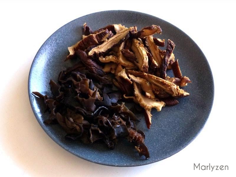 Champignons noirs et shiitakes.