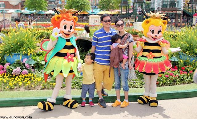 Familia coreana posando para una foto en Everland
