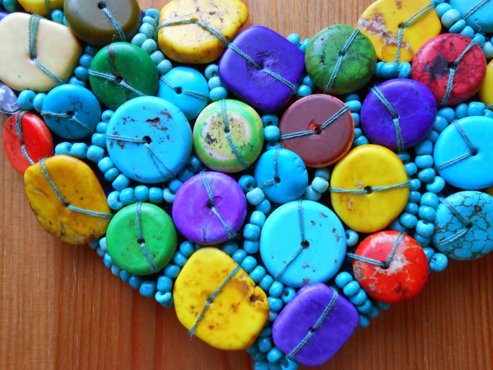 kolorowy naszyjnik wyszywany pastylkami howlitu
