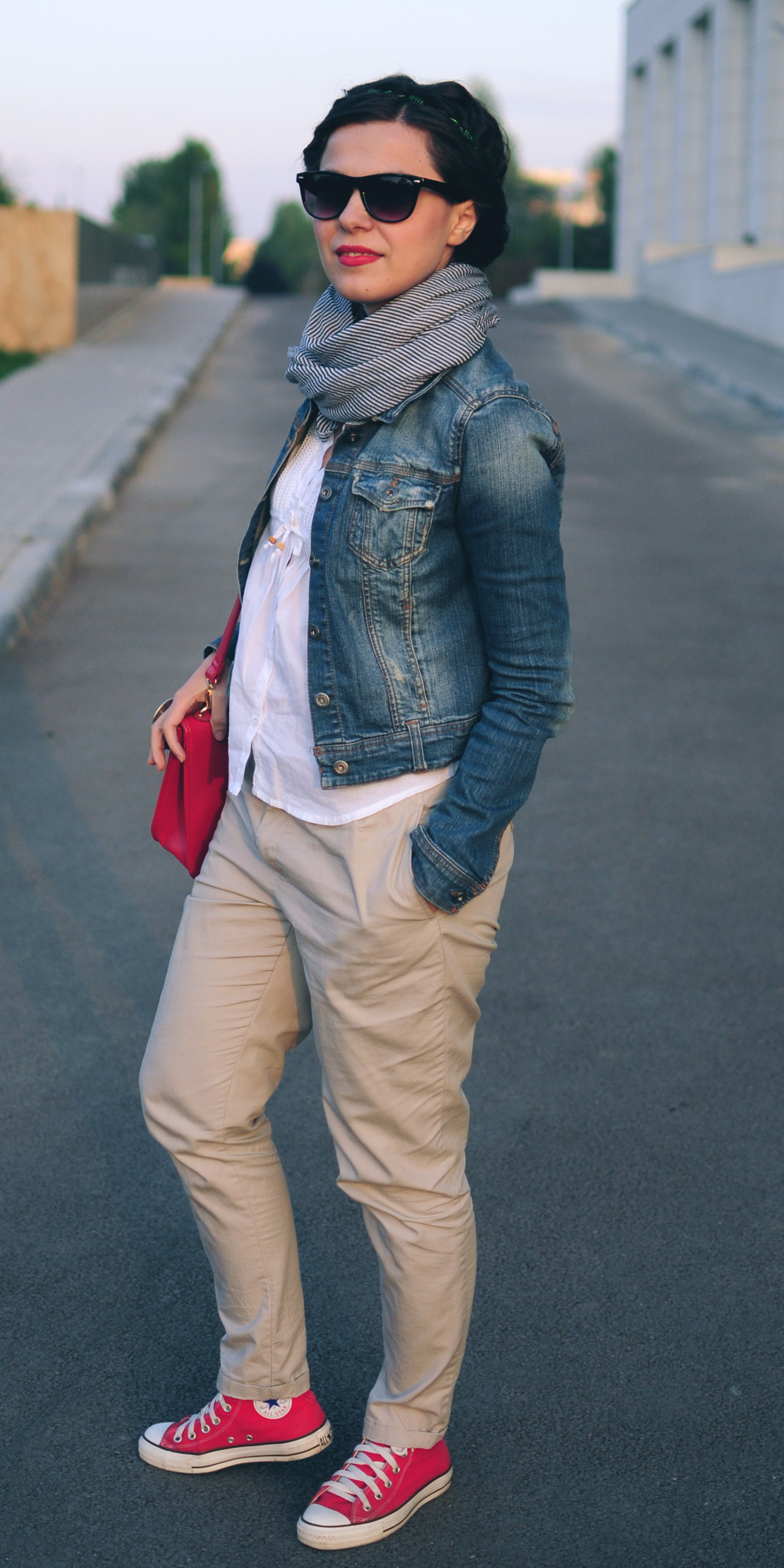 nude pants white shirt jeans jacket red satchel bag scarf fall autumn red converse sneakers pull&bear poema