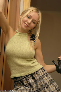 Twerking blondes - rs-mirr_mirr020-748486.jpg