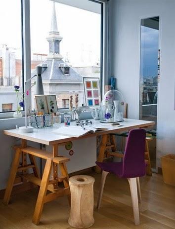 Artystyczne wnętrze i miejsce do twórczej pracy, biurko na drewnianych nogach, taboret z pnia drzewa