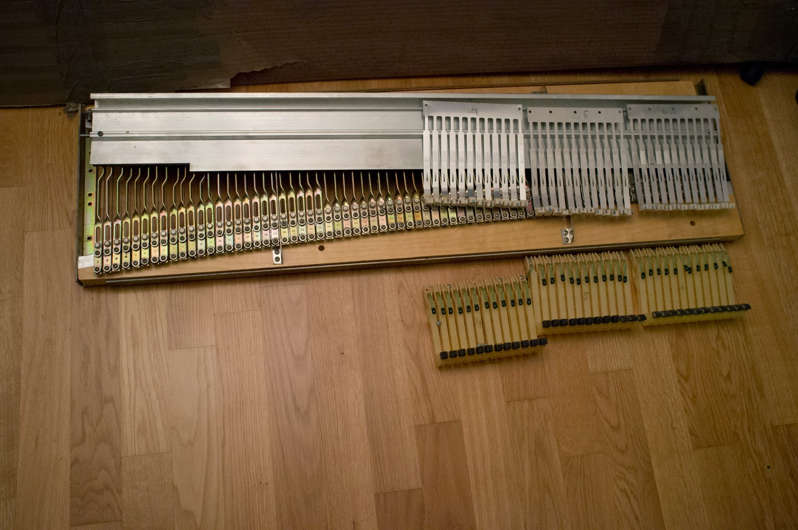 Disassembly of a Fender Rhodes Mark II: 01 Removing the Harp ...