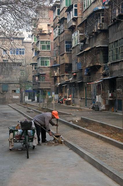 Centenas de milhões de chineses vivem na miséria enquanto o governo socialista diz se interessar pelo desenvolvimento dos outros. Foto: rua de Pequim.