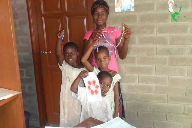 Nella missione di Atchanvé in Africa si preparano i rosari