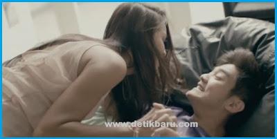 Salah Satu Adegan Mesra Boy William dan Ully Triani di Film Stay With Me
