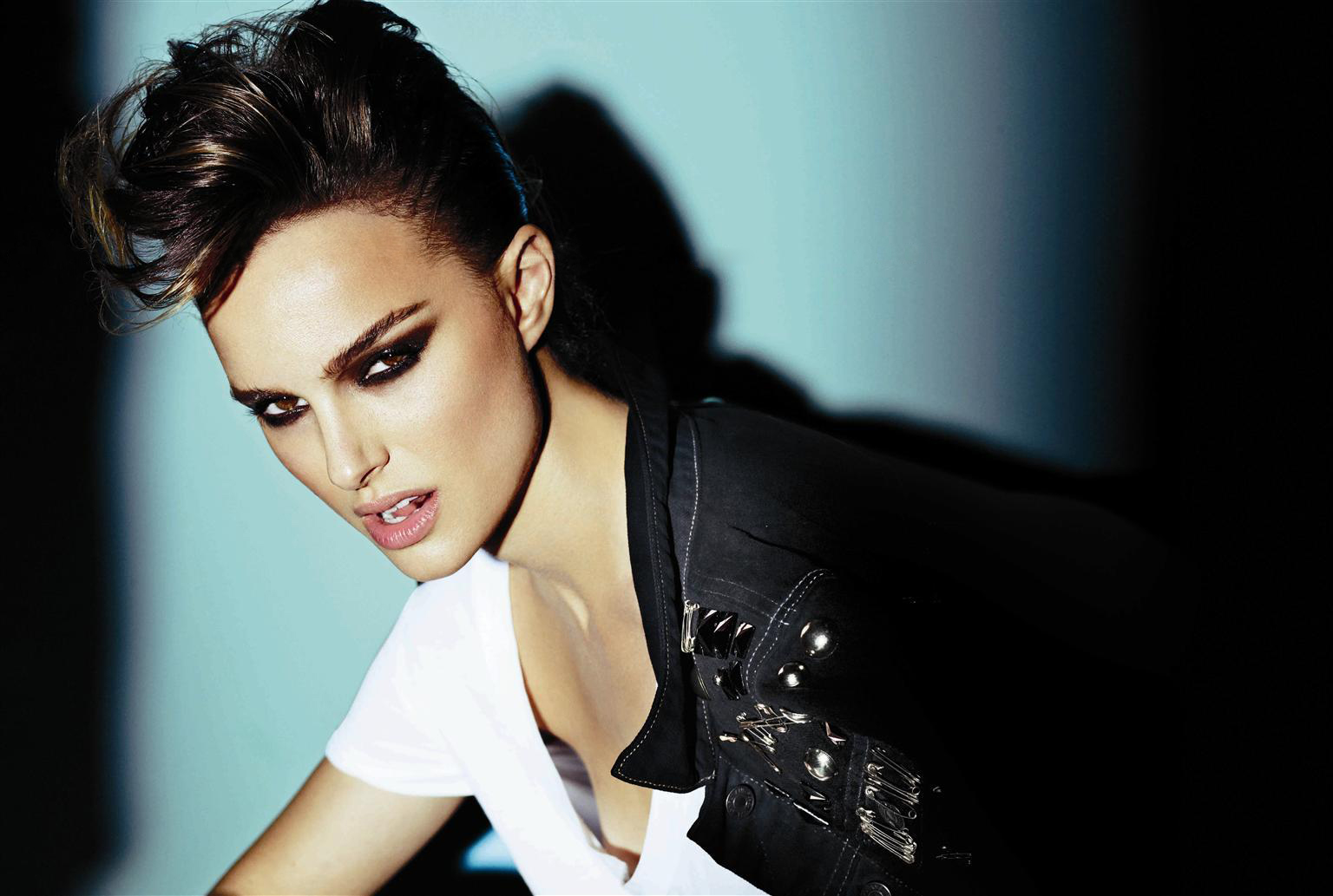 http://2.bp.blogspot.com/-Y7A5k6fauI4/T8UFEWvfzCI/AAAAAAAABOY/oBppe2N6k3Q/s1600/Mario-Testino-for-V-Magazine-Without-Watermark-natalie-portman-26894167-1536-1033.jpg