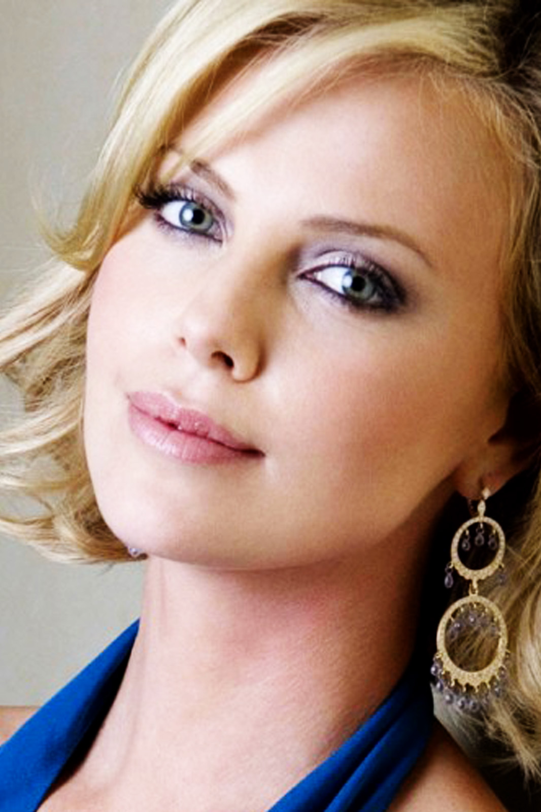 http://2.bp.blogspot.com/-Y7O7vMMctuo/UAF5IfqxMTI/AAAAAAAAA3U/tfAMmJniQ_g/s1600/Charlize-Theron-Biography-2.jpg