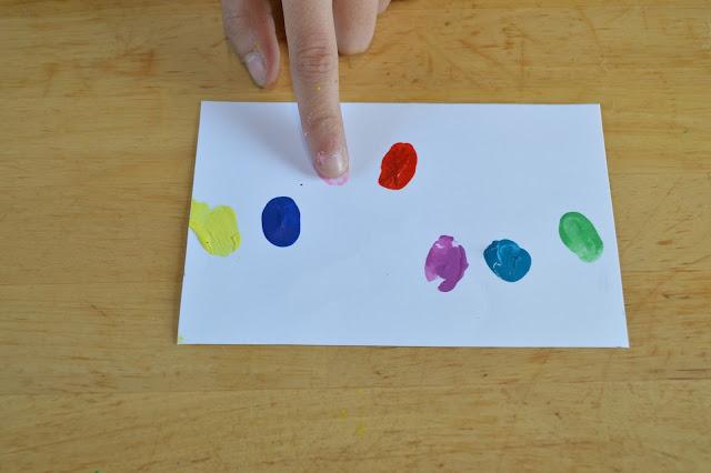 para hacer nuestra postal solo necesitamos que el nio colaborador estampe la huella de su dedo sobre la cartulina blanca con los colores que elija