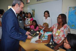 Luis Abinader ejerce el voto y exhorta a participar en la jornada con espíritu de civismo y fraternidad