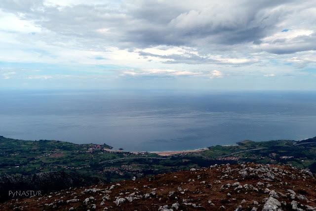 Playa de La Isla y La Espasa desde el Pico Pienzu