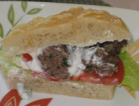 In  gesneden Turks brood gevuld met gehakt en salade