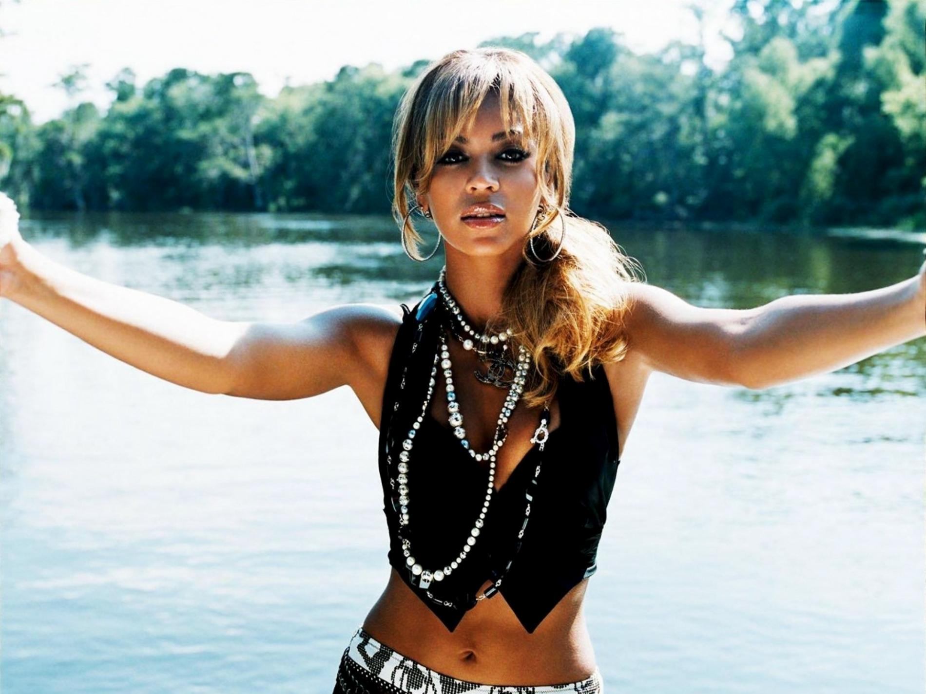 http://2.bp.blogspot.com/-Y8f-jghYZNA/UREtRI30exI/AAAAAAAAHIo/zYQIlVAyKo8/s2000/Beyonce-River-Landscape-Behind-HD-Wallpaper-Vvallpaper.Net.jpg