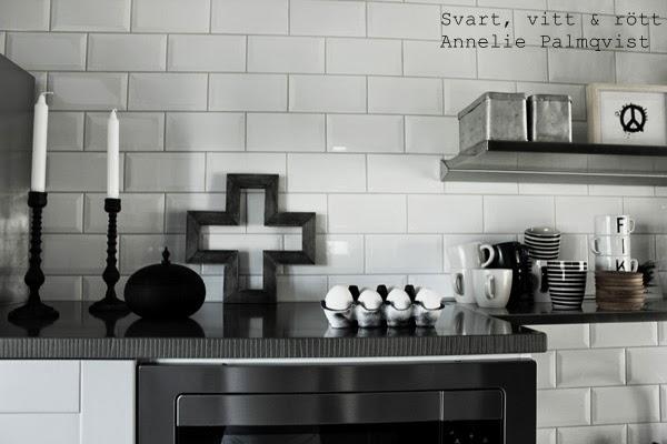 diy påsk, pyssel, måla äggkartong, sprayfärg, svart och vitt, stenskiva, granit, svart detalj, kors som prydnad, träkors, inspiration påsk, påskägg, vita ägg, kitchen, details, påskpyssla, kartong till ägg, prydnad, interior, inredning, vit kakelvägg upp till tak i köket,
