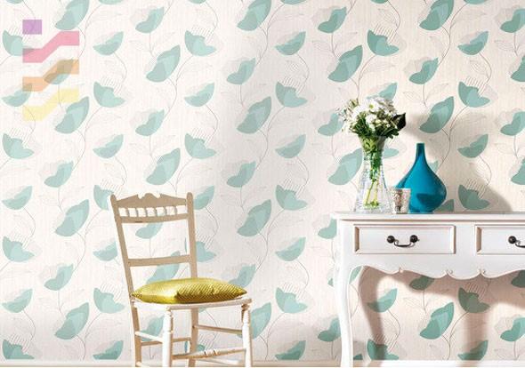 aranżacja pomieszczenia z tapetą w biało turkusowe kwiaty