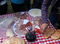 Un esmorzar molt complet: pa amb tomàquet, embotits, formatge i tot regat amb vi