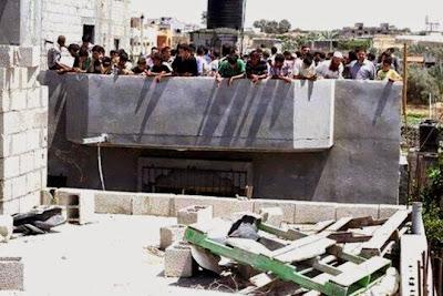 Παλαιστίνιοι έφτιαξαν ανθρώπινη ασπίδα για να προστατέψουν σπίτι και οι Ισραηλινοί τους βομβάρδισαν