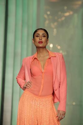 Kareena+Kapoor+Transparent+Dress+Show+Bra004
