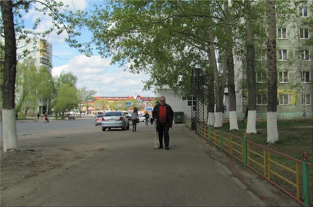 Пожилой человек на улице Томска, и еще другие люди