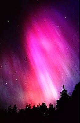 imagem da aurora boreal na cor rosa