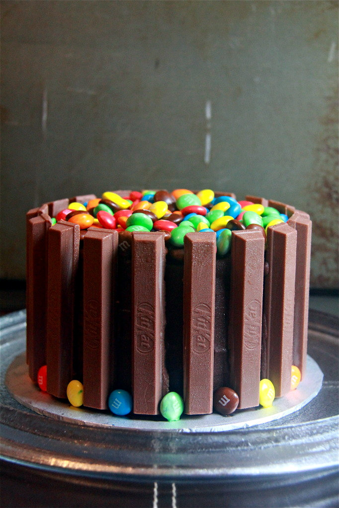 Cake Design Kit Kat : Crumbs and Cookies: kit kat cake.