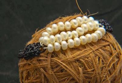 Brazalete de perlas montado en cordón negro