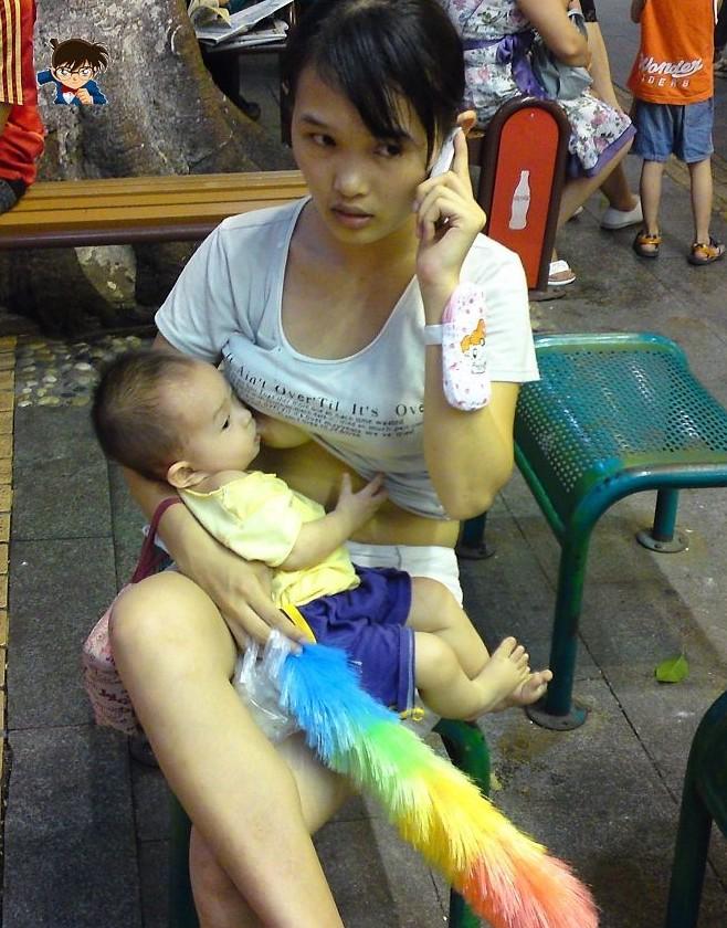 Ekspresi Ibu Muda Menyusui.