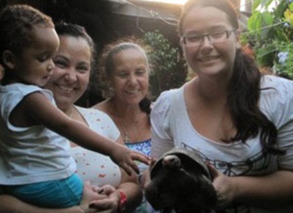 KELUARGA Almeida menunjukkan Manuela yang ditemui selamat selepas terperangkap dalam bilik rumah mereka selama 30 tahun.