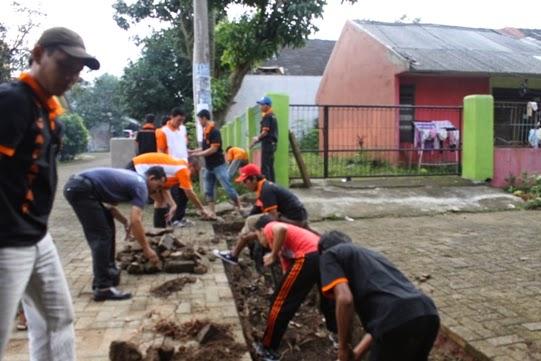 Ratusan Anggota Gafatar Bersihkan Lingkungan Warga Meruyung