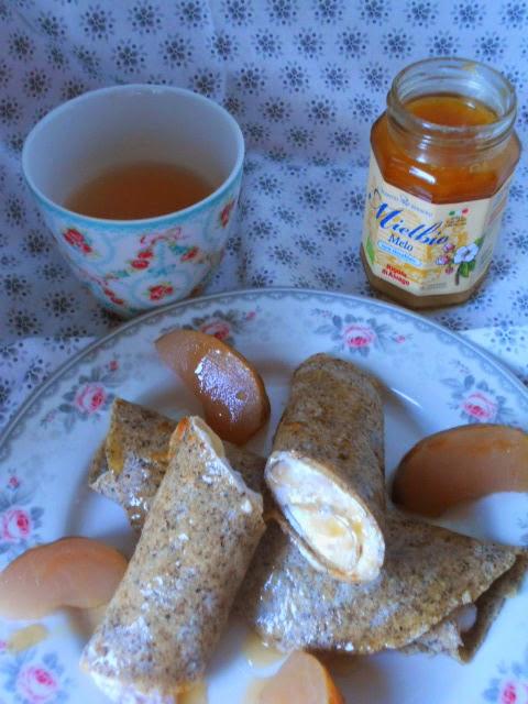 rotolini di grano saraceno alla crema mielosa di ricotta e mele annurche