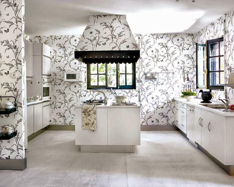Una cocina con papel pintado