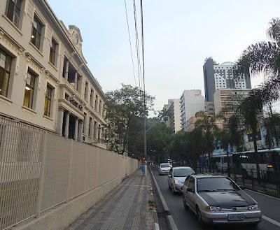 A Escola Estadual Carlos Gomes é uma das 30 obras escolhidas inicialmente para integrar o site elaborado pelo IAB sobre o patrimônio arquitetônico de Campinas. A dificuldade em fotografá-la se deve à modernidade, com suas cercas metálicas, calçadas estreitas e fiação elétrica exposta