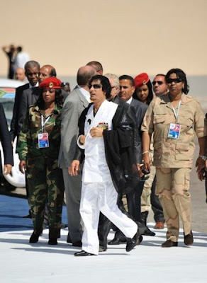 [Image: muammar_algaddafi_female_bodyguards_11.jpg]