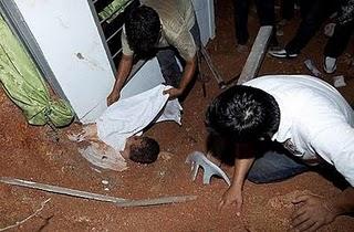 http://2.bp.blogspot.com/-YCVDH3T9wEc/TdgLQd0-RxI/AAAAAAAABsc/AtrnBJZgvMA/s1600/mangsa-tanah-runtuh-rumah-anak-yatim19.jpg.jpg