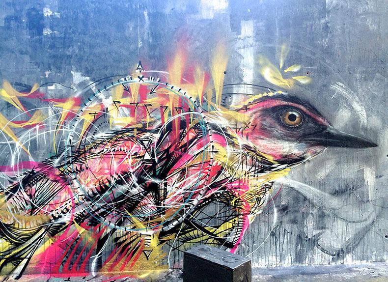 Pájaros pintados frenéticamente con aerosol por 'L7M'