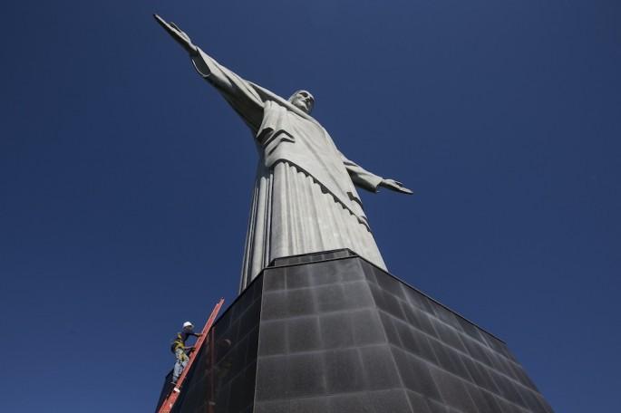 Ve como Cristo el (lesionado) Redentor ve el mundo ... y trata de no tener vértigo
