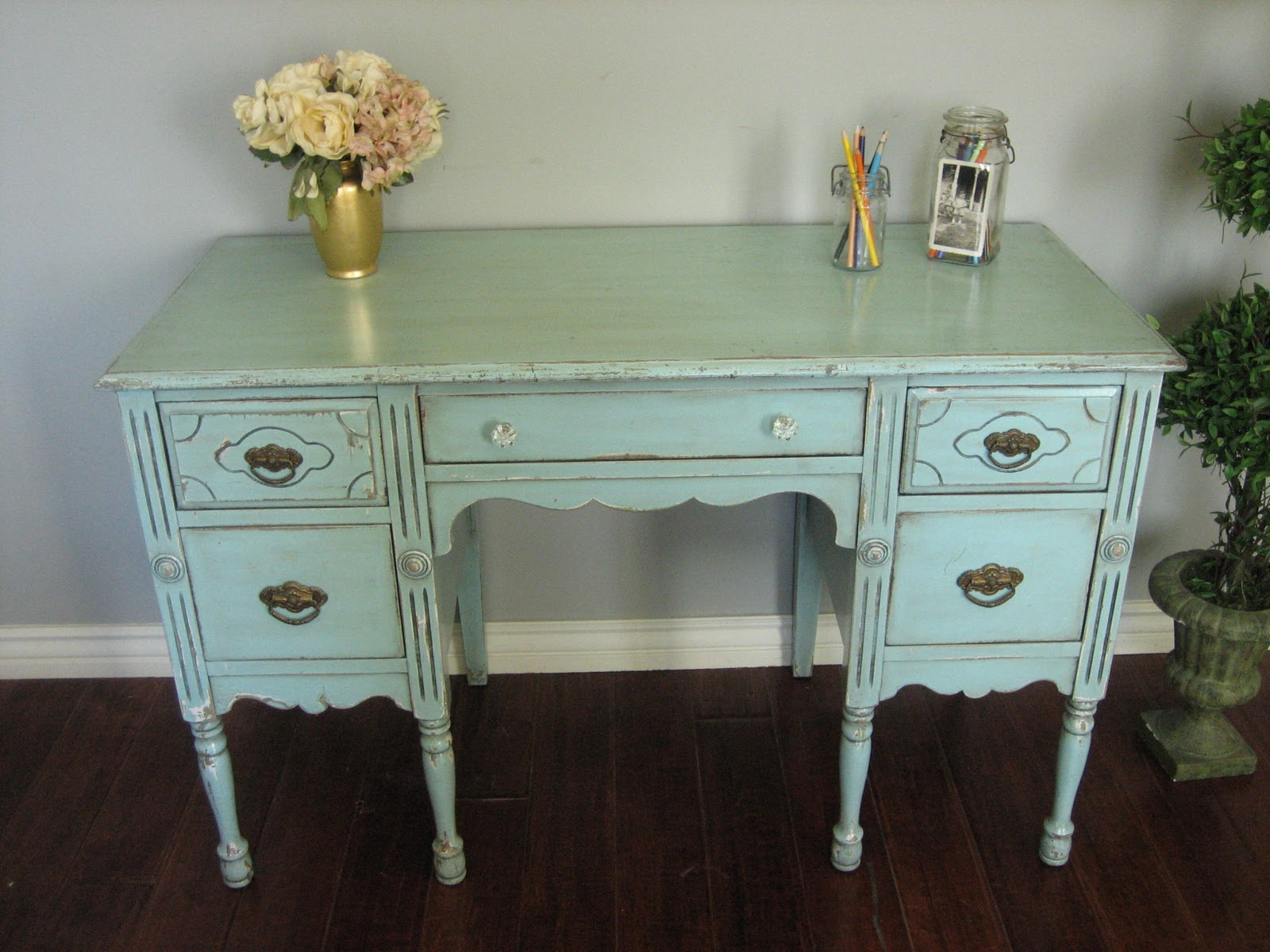 Painting Wood Furniture Shabby Chic http://europaintfinishes.blogspot.com/2011/02/shabby-chic-desk.html