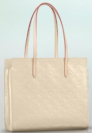 9ee4a5bc2 Para combinar, uma bolsa off-white Louis Vuitton feita em couro envernizado.  O valor dela é de R$4.800,00.